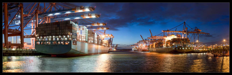 Dieses Panorama vom Waltershofer Hafen in Hamburg wurde am 22.9.2014 aufgenommen.